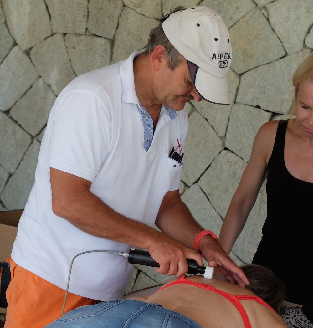 Dr. Ulrich Randoll zeigt einer Anwenderin die Handhabung beim Freimachen des sympathischen Grenzstrangs