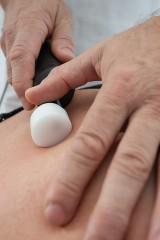Das Matrixmobil ist der verlängerte Arm des Therapeuten. Der Therapeut spürt manuell und aufgrund der Resonatorgüte den Gewebezustand. Durch Amplituden-Modulation behandelt er sanft, zielgerichtet und tiefenwirksam.